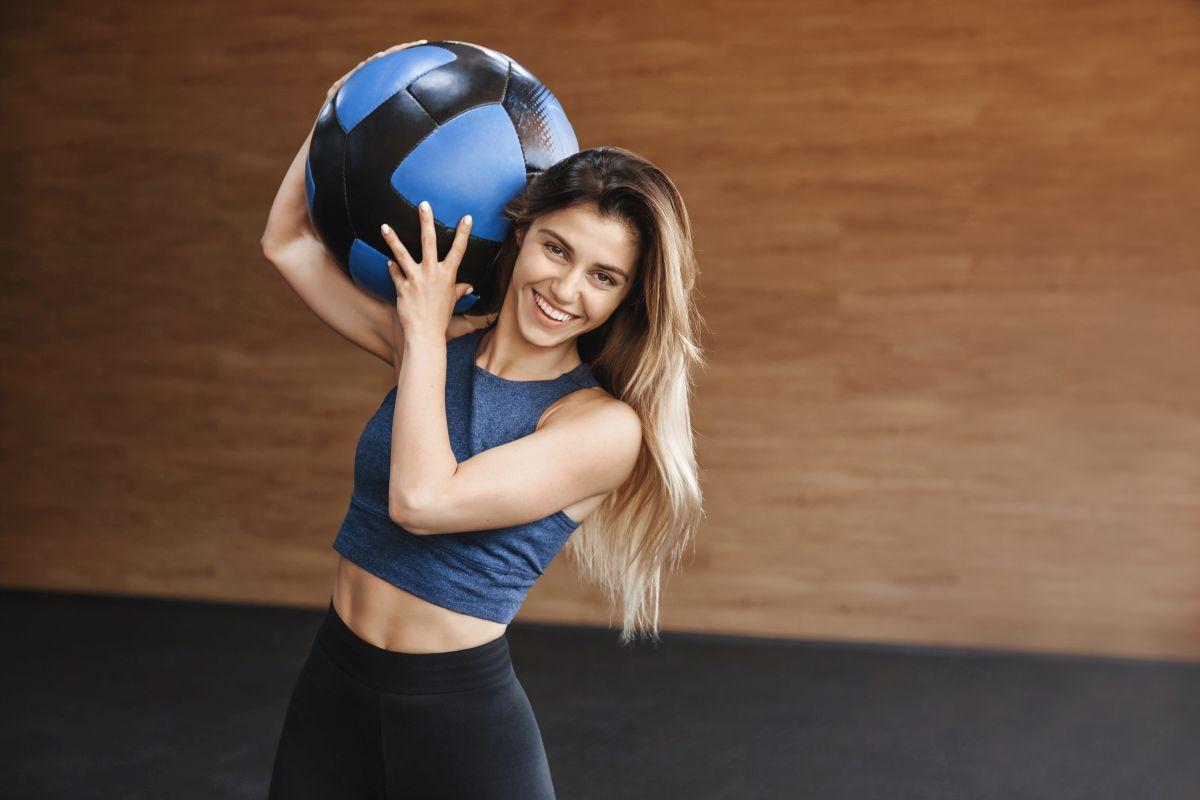 exercitii cu mingea medicinala